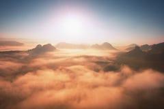 在落矶山脉的上面的意想不到的梦想的日出有看法到有薄雾的谷里 免版税库存照片