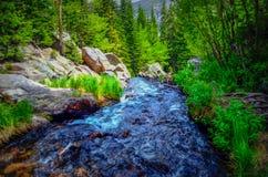 在落矶山脉的小河 免版税库存图片