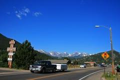在落矶山脉附近的乡下街道 免版税库存图片