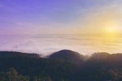 在落矶山脉顶部的日出与图信息有薄雾的谷 库存照片