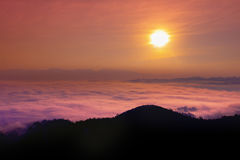 在落矶山脉顶部的日出与图信息有薄雾的谷 免版税库存图片