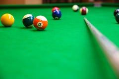 击败在落袋球球台,落袋撞球或水池比赛在选材台上,国际体育上的球 免版税库存照片