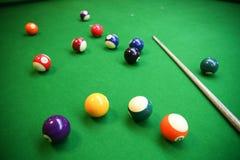 击败在落袋球球台,落袋撞球或水池比赛在选材台上,国际体育上的球 库存照片