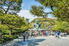 在著名伟大的菩萨雕象附近的Peaople 图库摄影