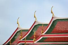 在著名佛教寺庙黎明寺的屋顶的曲线有清楚的天空的在背景中 库存图片