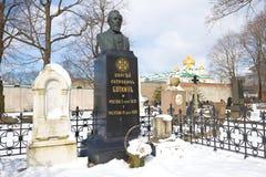 在著名俄国医师谢尔盖新处女公墓的佩特洛维奇Botkin的坟墓的纪念碑 圣彼德堡 库存照片