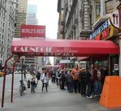在著名卡内基熟食店的长行在曼哈顿中城 免版税库存照片
