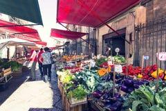 在著名地方市场品柱的杂货店在巴勒莫,意大利 免版税图库摄影