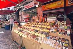 在著名地方市场品柱的杂货店在巴勒莫,意大利 免版税库存照片