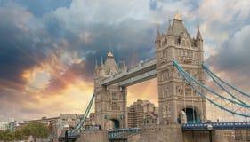 在著名塔桥梁的美好的日落颜色在伦敦 图库摄影