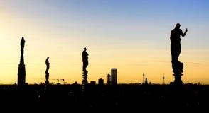 在著名大教堂中央寺院二米兰屋顶的白色大理石象在广场的在米兰,意大利 库存照片