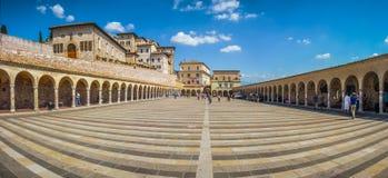 在著名大教堂阿西西,意大利圣法兰西斯附近降低广场  免版税库存图片