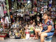 在著名安蒂波洛教会旁边的一个供营商卖各种各样的宗教项目 免版税库存照片