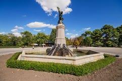 在著名旅游公园2015年10月2日的El Retiro的雕象在马德里,西班牙 库存照片