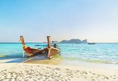 在著名日落长滩的两条传统泰国longtail小船, 图库摄影