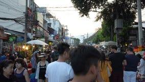 在著名星期天市场走的街道的人步行是最普遍的 影视素材