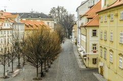 在著名查尔斯桥梁布拉格市附近的住宅街道 cesky捷克krumlov中世纪老共和国城镇视图 免版税库存照片