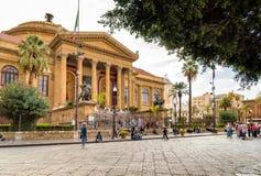 在著名歌剧院剧院马西莫维托里奥Emanuele前面的游人在巴勒莫 库存照片