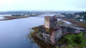 在著名爱莲・朵娜城堡的飞行在苏格兰-空中寄生虫英尺长度的高地 股票视频