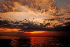 在著名米科诺斯岛海岛的日落 免版税库存图片