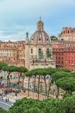 在著名罗马地标凯旋式Trajan的专栏(科隆纳Traiana)的鸟瞰图 免版税库存照片