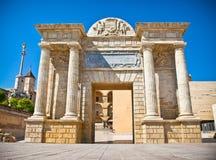 在著名罗马桥梁的门在瓜达尔基维尔河河 图库摄影