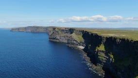 在著名莫赫悬崖的鸟瞰图在爱尔兰 影视素材