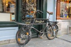 在著名西蒙Levelt咖啡馆附近的葡萄酒自行车在乌得勒支, Ne 免版税库存照片