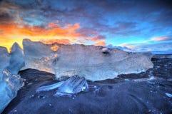 在著名金刚石海滩,冰岛的美好的日落 库存图片