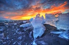 在著名金刚石海滩,冰岛的美好的日落 库存照片