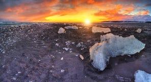 在著名金刚石海滩,冰岛的美好的日落 图库摄影