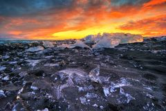 在著名金刚石海滩,冰岛的美好的日落 免版税库存照片
