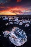 在著名金刚石海滩,冰岛的美好的日落 免版税库存图片
