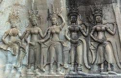 在著名吴哥窟向被雕刻的安心扔石头在柬埔寨 免版税库存照片