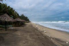 在著名angbang海滩的污染在颜色,越南 季节在冬天 免版税库存图片