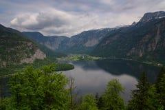 在著名Hallstatt村庄和高山湖,奥地利阿尔卑斯,萨尔茨卡默古特,奥地利,欧洲的意想不到的鸟瞰图 免版税库存照片