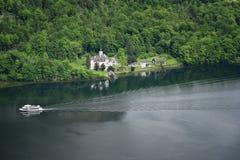 在著名Hallstatt村庄和高山湖,奥地利阿尔卑斯,萨尔茨卡默古特,奥地利,欧洲的意想不到的鸟瞰图 免版税库存图片
