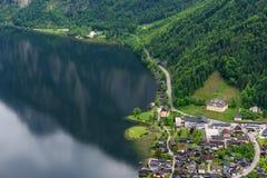 在著名Hallstatt村庄和高山湖,奥地利阿尔卑斯,萨尔茨卡默古特,奥地利,欧洲的意想不到的鸟瞰图 图库摄影
