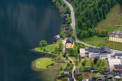 在著名Hallstatt村庄和高山湖,奥地利阿尔卑斯,萨尔茨卡默古特,奥地利,欧洲的意想不到的鸟瞰图 库存照片