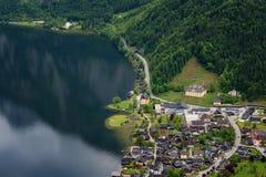 在著名Hallstatt村庄和高山湖,奥地利阿尔卑斯,萨尔茨卡默古特,奥地利,欧洲的意想不到的鸟瞰图 库存图片