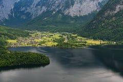 在著名Hallstatt村庄和高山湖,奥地利阿尔卑斯,萨尔茨卡默古特,奥地利,欧洲的意想不到的鸟瞰图 免版税图库摄影