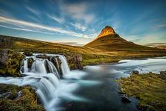在著名Kirkjufellsfoss瀑布的日落在冰岛 免版税库存图片