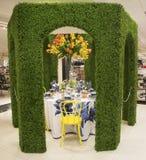 在著名Macy s每年花展期间的神秘园题材花装饰 库存照片