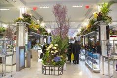 在著名Macy s每年花展期间的神秘园题材花装饰 库存图片