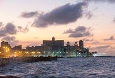 在著名malecon码头的日落,散步用英语在Hav 免版税库存图片