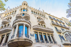 在著名Passeig de Gracia街道扩展区区的美丽的建筑学门面2016年11月11日巴塞罗那,西班牙 库存图片