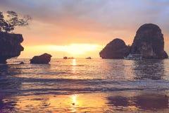 在著名Railay海岛的日落在甲米府泰国 免版税图库摄影