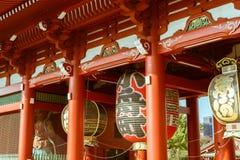 在著名Senso籍寺庙的Hanzomon门在东京,日本 免版税库存照片