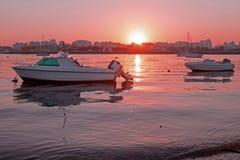 在葡萄牙开汽车停泊在从波尔蒂芒的港口的游艇在 库存图片