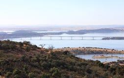 在葡萄牙河的桥梁guadiana 库存图片